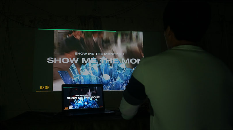 Woonghyun Kim, 〈SHOW ME THE MONEY〉, Online game box, computer, projecter, variable installation, 2018ver.