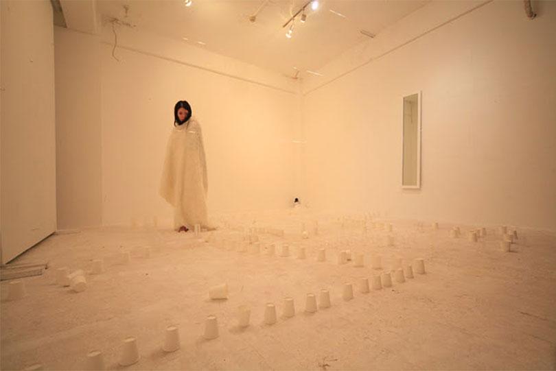아이코 오바나(Aiko Obana)의 퍼포먼스 설치, 개인전 《JI.DOU.YUU.KI「自動遊記」》에서, 2011. ⒸGallery Conceal Shibuya, Ⓒ금천예술공장