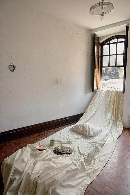 핀 후이 첸 (Pin Hui Chen), 〈시크릿 소프트 호텔(A Secret Soft Hotel)〉, 2015. 장소특정적 설치, 매트리스, 거울, 잡지, 프로젝션, 글, 안료, 식기, 빵. ⒸDe Liceiras 18, Porto Calico Ⓒ금천예술공장