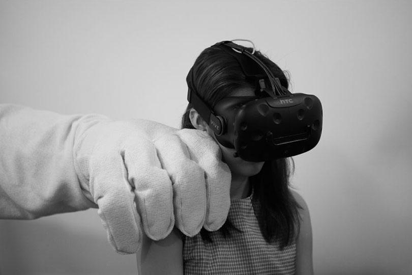이성은, 〈에테리얼 – 투 퍼펙트 포 디스 월드(Ethereal - Too perfect for this world)〉, 2017. 인터랙티브 설치, 뉴매틱 로봇, 360도 카메라, VR 헤드셋, 솜. Ⓒ금천예술공장