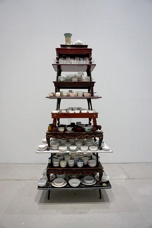 최정화, 〈꽃의 향연〉, 2015. 생활그릇, 75.5x122x290cm. ⓒ국립현대미술관