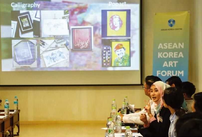 〈아세안 미술전 2017〉(2017.7.25.~8.20.동대문디자인플라자)에 초청된 청년 작가 30인의 《한-아세안 예술 포럼》 참가 현장.