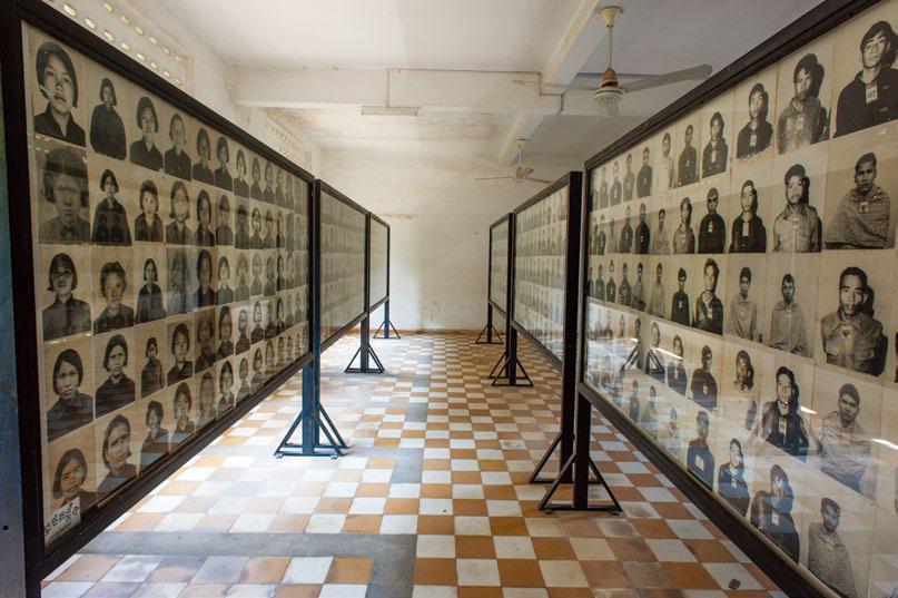 뚜얼슬렝 학살박물관 내부 광경. 수감자들의 사진과 발굴된 유골들. 모든 수감자를 파일로 관리하여 보관해왔기 때문에 남아 있는 자료가 많다.