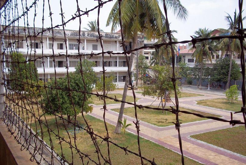 뚜얼슬렝 학살박물관 외관. 본래 고등학교였으나 크메르루즈 수장인 뽈 의 지시로 S-21수용소로 사용됐다.