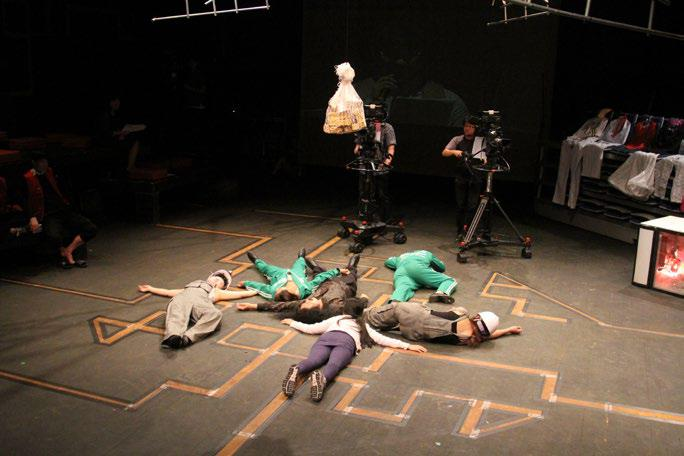 〈배우 없는 연극〉의 한 장면. 박 대표가 꾸준히 진행해온 '존경 받지 못한 죽음 시리즈' 총 4편을 한 편의 생방송 토크쇼 형식으로 완성하는 메이킹시어터(making theater) 새개념공연예술이다.