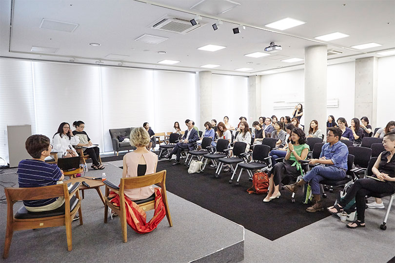 Photo of the seminar given by Christine Starkman, the researcher-in-residence at MMCA Residency Changdong, with participation by Kim Sunjung, and Dr. Charlotte Horlyck, at DAL330, MMCA Seoul, 2017.