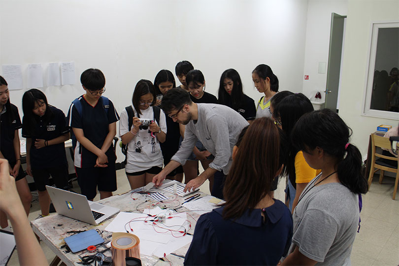 Photo of a workshop given by Tyler Stefanich, the artist-in-residence at MMCA Residency Changdong, 2016.