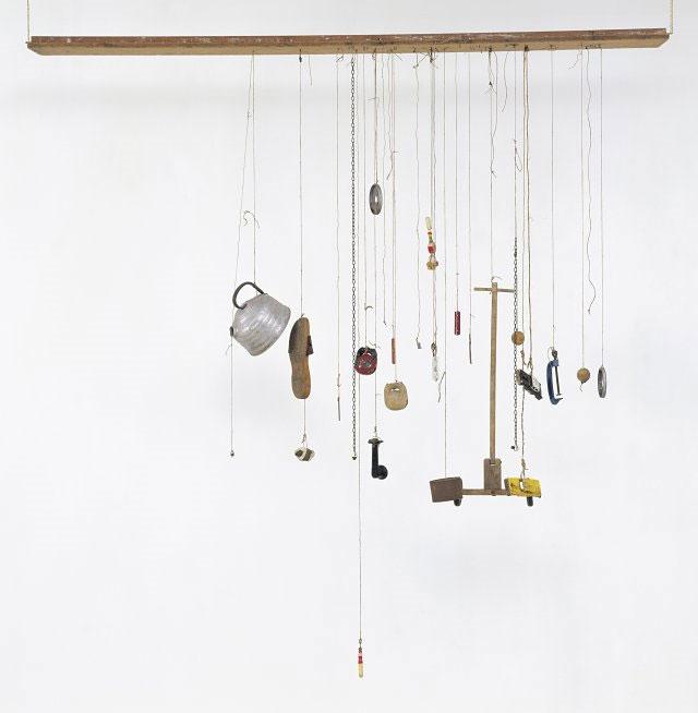 〈Zen for Wind〉(1963) Thirty objects hanging on strings tied to a wooden board: wood, aluminium, iron, steel, leather, stones, tape, porcelain, hemp, sisal string, paint 2070 x 2060 x 250 mm Courtesy Friedrich Christian Flick Collection in Hamburger Bahnhof. Image Provided by DongA.com